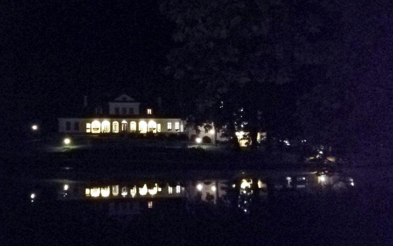 Dwór Kombornia nocą