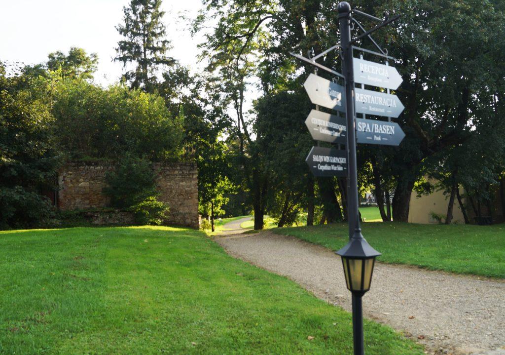 Park wokół Dworu w świetle dnia